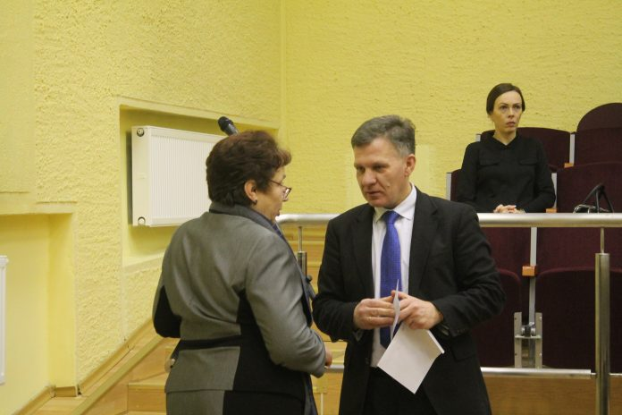 V.Smalinskas randa būdų apeiti sveikatos ministro įsakyma ir spaudžia ligoninės darbuotojus perrašyti darbo sutartis - tikėtina, kad tokiu būdu mažėtų atlyginimai.
