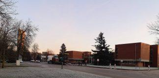 Nors galima asfaltuoti esant ne žemesnei nei 0 laipsnių, statybininkai Alksniupiuose pasirodė, kaip termometro stulpelis rodė minus 4 laipsnius šalčio.