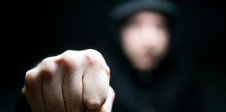 Septyniolikmetis, kaip įtariama, fiziškai skriaudė mamos globojamą trylikmetį berniuką.