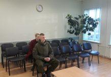 Išklausyti teismo sprendimo R.Dubinskas atėjo lydimas mamos.