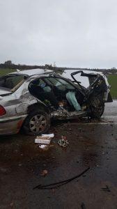 Avarijos metu visiškai suniokotas BMW. Vairotojas išvežtas į ligoninę.