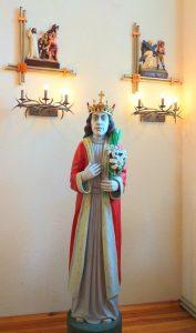 Interjeras papuoštas Tryškių tautodailininko Prano Dužinsko ąžuolinėmis šventųjų skulptūromis. Viena jų vaizduoja Šv. Kazimierą – dangiškąjį Lietuvos globėją.